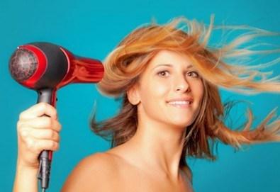 Вдъхнете живот на косата си с терапия по избор, оформяне на прическа със сешоар, стилизиране и обем в салон Sassy! - Снимка