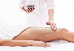 Гладък силует! 1 или 3 процедури антицелулитен масаж с антицелулитен крем и антицелулитен масажор, салон за красота Sassy - Снимка