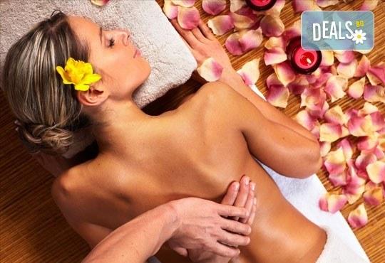Релаксирайте с масаж на гръб или на цяло тяло с топло олио и арома масаж в салон за красота Sassy! - Снимка 2