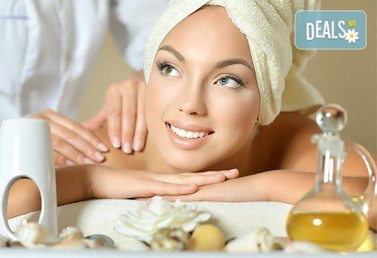 Релаксирайте с масаж на гръб или на цяло тяло с топло олио и арома масаж в салон за красота Sassy! - Снимка 1
