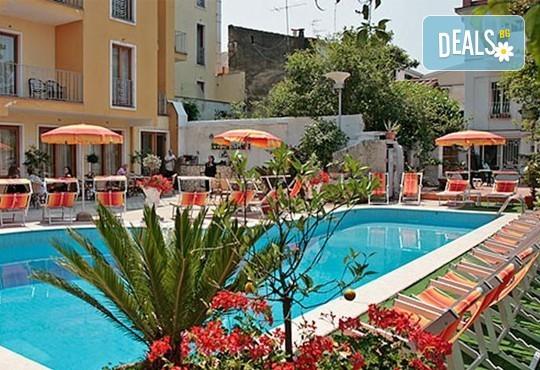 Ранни записвания за море на остров Корфу! 4 нощувки със закуски и вечери в Hotel Albatros 3*, транспорт и водач от агенцията! - Снимка 4