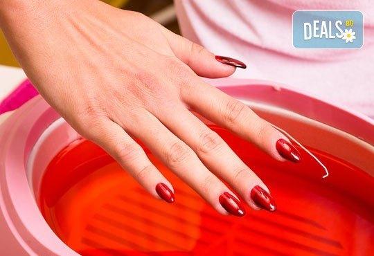 Горещ СПА маникюр за суха и дехидратирана кожа на ръцете и чупливи нокти или парафинова терапия с маникюр в Luxury Wellness&Spа! - Снимка 2