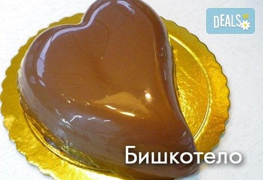 Торта във формата на сърце с три невероятни вкуса! Изберете Медитеране, Бишкотело или Тирамису, от Сладкарница Сладост! - Снимка 1