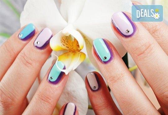 За красиви и безупречни ръце! Вземете дълготраен маникюр с гел лак ELORA, сваляне на стар гел лак и две декорации от MAKRATI Hair and Beauty! - Снимка 1