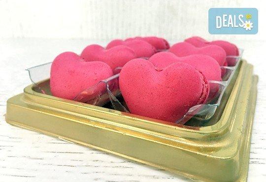 Вкусна изненада за любим човек! 8 изкусителни френски макарона във формата на сърце, поставени в луксозна кутия, от Сладкарница Сладост! - Снимка 1