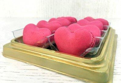 Вкусна изненада за любим човек! 8 изкусителни френски макарона във формата на сърце, поставени в луксозна кутия, от Сладкарница Сладост! - Снимка
