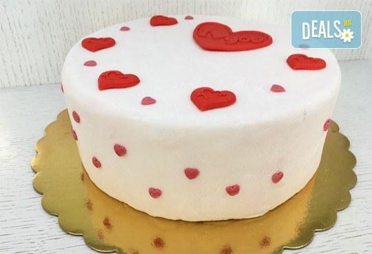 Идеалния подарък! Торта Сахер, декорирана за Св. Валентин, в луксозна кутия от Сладкарница Сладост! - Снимка 1