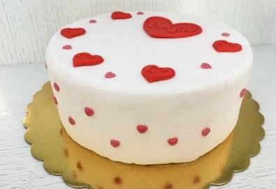 Идеалния подарък! Торта Сахер, декорирана за Св. Валентин, в луксозна кутия от Сладкарница Сладост! - Снимка