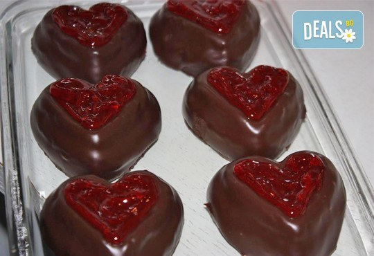 В знак на обич! Шоколадово сърце, гарнирано с малини или ягоди - 9 броя, поставени в луксозна кутия, от Сладкарница Сладост! - Снимка 1