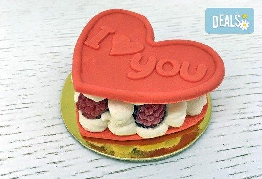 Кажи Обичам те! с 2 бр. големи Френски макарона - сърце, с крем Баваруаз и пресни малини, от Сладкарница Сладост! - Снимка 1