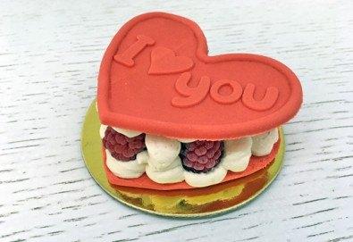 Кажи Обичам те! с 2 бр. големи Френски макарона - сърце, с крем Баваруаз и пресни малини, от Сладкарница Сладост! - Снимка