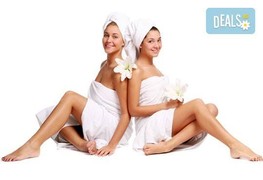 Спа подарък Вашите любими жени! Синхронен релакс масаж за 2 или 3 дами и подарък масаж на лице в Senses Massage & Recreation! - Снимка 1