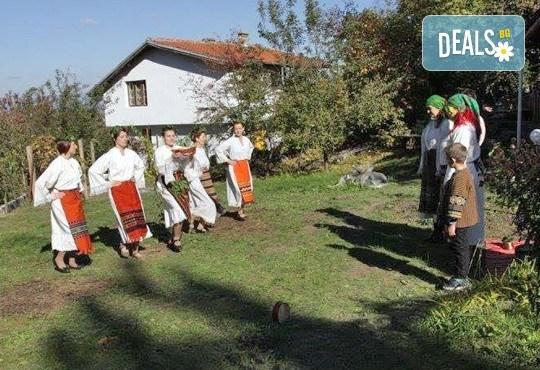 Раздвижете се в ритъма на българското хоро! 2 или 4 посещения на занимания по народни танци в клуб Вишана! - Снимка 1