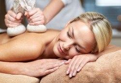 Релаксирайте с 40-минутен лечебен масаж на гръб с топли билкови торбички, етерично масло от лайка, мента или жен шен и зонотерапия в Chocolate studio! - Снимка