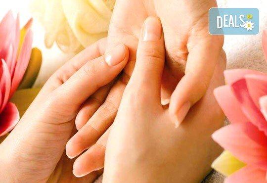 Релакс! Лечебен масаж на гръб с вулканични камъни, женшен, портокал, бадемово масло и зонотерапия на ръце и длани за един или за двама в Chocolate studio! - Снимка 3