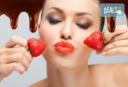 Наслада за сетивата! Плато ягоди с шоколад, мини еклерчета с крем и плод, поляти с шоколад, и бутилка розе от кулинарна работилница Деличи! - Снимка 1