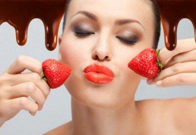 Наслада за сетивата! Плато ягоди с шоколад, мини еклерчета с крем и плод, поляти с шоколад, и бутилка розе от кулинарна работилница Деличи! - Снимка