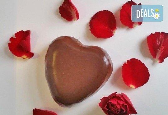 Незабравим подарък за любимия човек! Разтапящ чийзкейк във форма на сърце, покрит с шоколадов ганаж, и пенливо вино Fragolino с ягоди от Cheesecakers - Снимка 1