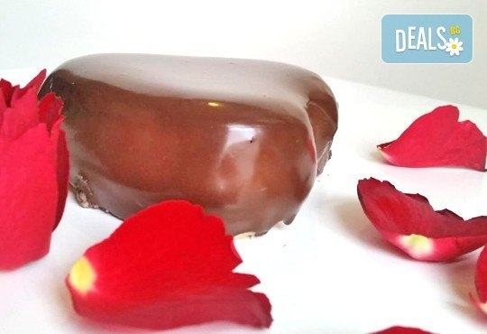 Незабравим подарък за любимия човек! Разтапящ чийзкейк във форма на сърце, покрит с шоколадов ганаж, и пенливо вино Fragolino с ягоди от Cheesecakers - Снимка 5