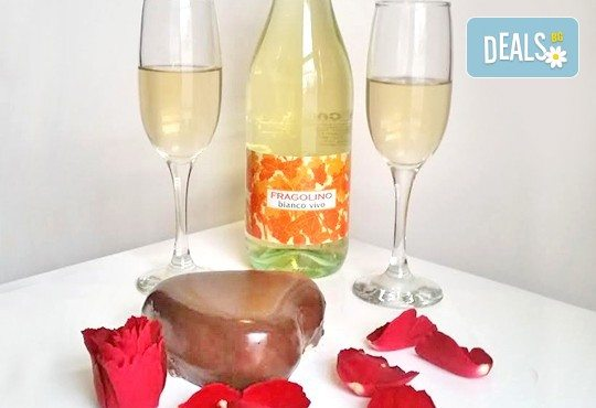 Незабравим подарък за любимия човек! Разтапящ чийзкейк във форма на сърце, покрит с шоколадов ганаж, и пенливо вино Fragolino с ягоди от Cheesecakers - Снимка 4