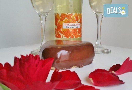 Незабравим подарък за любимия човек! Разтапящ чийзкейк във форма на сърце, покрит с шоколадов ганаж, и пенливо вино Fragolino с ягоди от Cheesecakers - Снимка 3