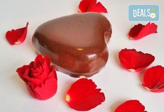 Незабравим подарък за любимия човек! Разтапящ чийзкейк във форма на сърце, покрит с шоколадов ганаж, и пенливо вино Fragolino с ягоди от Cheesecakers - Снимка 2