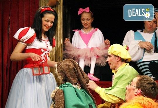 На театър с детето! Снежанка и седемте джуджета, на 18.02 от 12:30 ч. в театър ''Възраждане'', билет за един! - Снимка 1