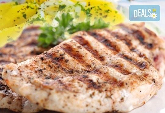 Хапнете вкусно и изгодно в сръбски ресторант Зафо пилешка пържола и картофена салата, приготвени по традиционна рецепта! - Снимка 1