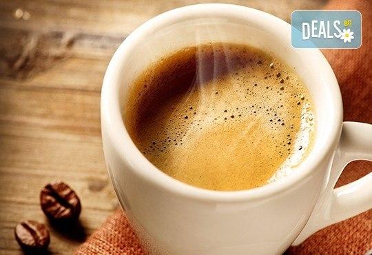 Подсладете деня си с апетитен чийзкейк с боровинки и виенско кафе с чувствен аромат от сръбски ресторант Зафо! - Снимка 2