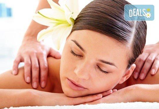 70-минутна наслада за тялото и сетивата с масаж, съчетан с ароматерапия, и бонус: рефлексотерапия и масаж на стъпала и длани в RG Style! - Снимка 1