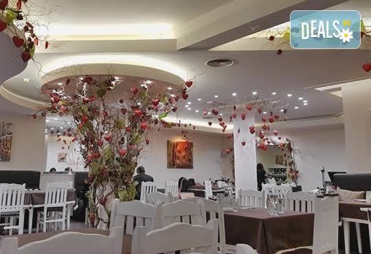 Отпразнувайте Свети Валентин с меню Романтика или Любов, музика на живо, томбола с изненади и много настроение на празника на любовта в ресторант Везна! - Снимка 5