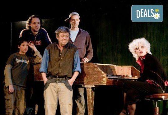 Много смях с великолепните актьори на Младежки театър! Гледайте Страхотни момчета, на 10.03. от 19ч., голяма сцена, билет за един - Снимка 4