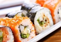 Суши сет Tsunami с 84 бр. екзотични суши хапки с авокадо, терияки, филе от сьомга, риба тон от Sushi King! - Снимка