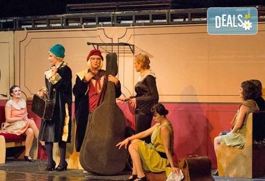 """Една от най-страхотните комедии! На 28.02. от 19.00 ч. в Младежки театър - """"Някои го предпочитат..."""" , билет за един, места балкон - Снимка 6"""