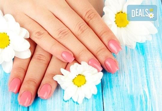Поглезете себе си и кожата си! Арома терапия за ръце със свещ от студио за красота Фантастико - Снимка 2