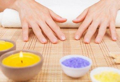 Поглезете себе си и кожата си! Арома терапия за ръце със свещ от студио за красота Фантастико - Снимка