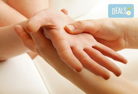 120-минутна терапия - дълбокотъканен масаж на цяло тяло, пилинг с кафява захар, зонотерапия и парафинова маска на ръце в Senses Massage & Recreation! - Снимка 2