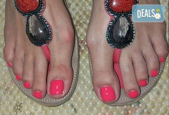 Класически педикюр за перфектно поддържани крака в салон за красота Beautiful Nails - Снимка 4
