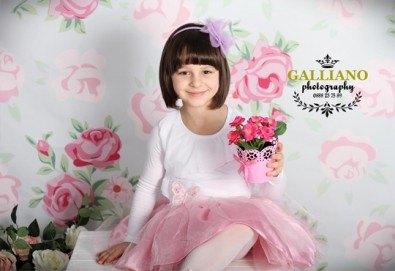 Професионална фотосесия за бебета и деца в студио с красиви декори с 35 обработени кадъра от GALLIANO PHOTHOGRAPHY - Снимка