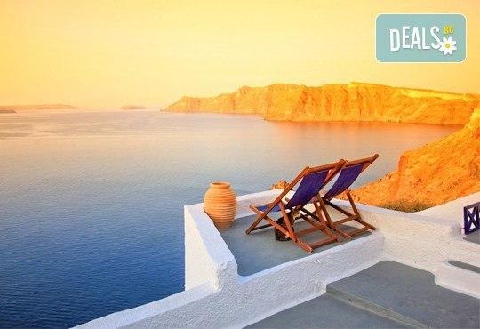 Почивка на остров Санторини - перлата на Гърция! 6 нощувки със закуски, фериботни такси и билети с транспорт и водач от България Травел - Снимка 1
