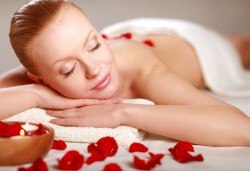 60 или 100 минути СПА терапия за лице и тяло! Шампанско, ягоди и рози или Винена терапия - пилинг, антистрес масаж на цяло тяло и маска на лице! - Снимка