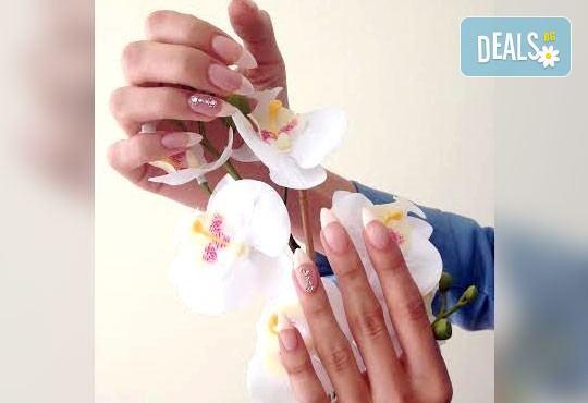 Ноктопластика с изграждане в авангардни форми с гел лак или вграден френски маникюр и две ръчно рисувани декорации в салон RalNails - Снимка 7