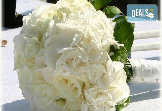 За Вашата сватба! Цветя за сватбената маса - флорална аранжировка, булченски букет, декорация за кола или цялостна декорация с цветя + консултация със сватбен агент от Сватбена агенция Вю Арт! - Снимка 11