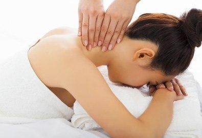 Китайски лечебен масаж на гръб при плексит и лумбалгия в холистичен център Physio Point! - Снимка