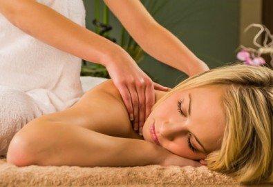 40-минутен лечебен масаж на гръб с магнезиево олио в комбинация с класически и дълбокотъканни техники от професионален кинезитерапевт - Снимка