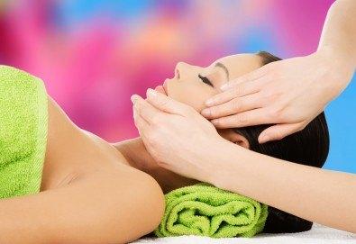 Терапия за по-млада и гладка кожа с 30-минутен хигиенно-козметичен масаж на лице и шия в салон Вили - Снимка