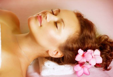 Релакс, тонус или антистрес с ароматерапевтичен масаж на цяло тяло, рефлексотерапия на ходила, ръце, глава и лице от салон Цветна светлина - Снимка
