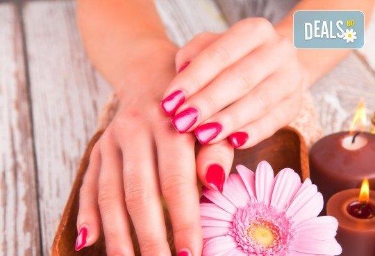 Горещ СПА маникюр за суха и дехидратирана кожа на ръцете и чупливи нокти или парафинова терапия с маникюр в Luxury Wellness&Spа! - Снимка 1