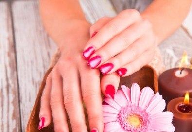 Горещ СПА маникюр за суха и дехидратирана кожа на ръцете и чупливи нокти или парафинова терапия с маникюр в Luxury Wellness&Spа! - Снимка