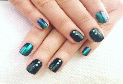 Красиви ръце със здрав и дълготраен маникюр с гел лак, 4 ръчно рисувани декорации и парафинова терапия в студио за красота L Style! - Снимка